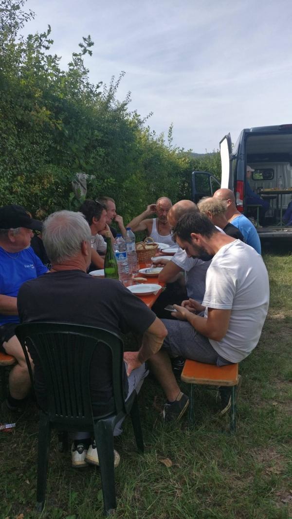 Vendanges-Crémant-Gloeckler-Brenner-vigneron-alsace-2019-repas-extérieur-convivialité-manuelles-main-team