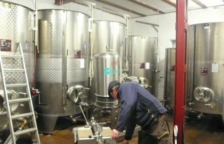 cave-en-inox-de-filtration-et-preparation-mise-en-bouteille-gloeckler-brenner-vin-alsace